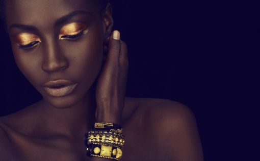 black-lady-gold-makeup